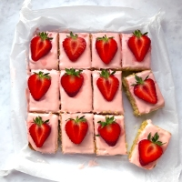 Strawberry sponge traybake
